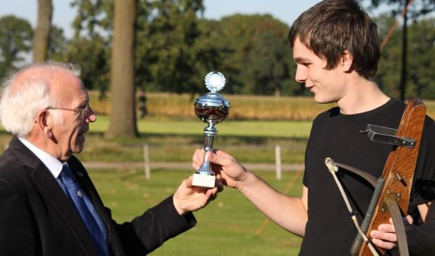 Luc van den Tillaart reikte de prijs uit aan de allereerste Klompenkoning Daniël Kosters.    | Fotonummer: 18ffa7