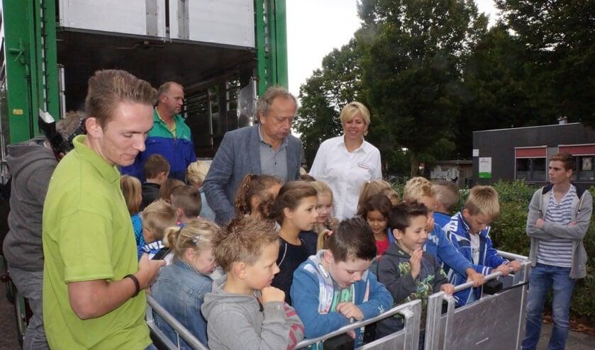 Henk Bleker legde de kinderen uit dat de varkens het goed hebben in de vrachtwagen.     Fotonummer: 17a655