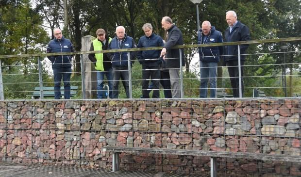 Henri van Weert (wijst de leden van Team Meierijstad op de oorspronkelijke loop van de Dommel in het Dommelpark  | Fotonummer: 1a62b1