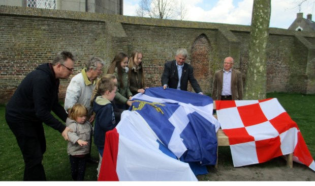 De familie van Harry mocht de vlaggen weghalen om de bank te onthullen.   | Fotonummer: 861c0f
