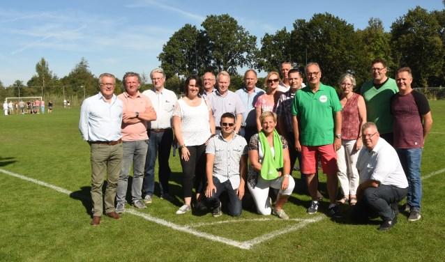Links Wim van Meijl en Hans van Kasteren, Jan Goijaarts staand met CDA shirt  | Fotonummer: 2ffd09