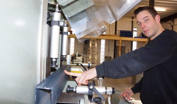 Rob laat trots één van zijn machines zien.  | Fotonummer: f1ff52