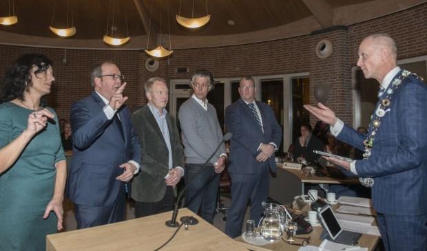 Alle 35 gemeenteraadsleden legden een eed af bij burgemeester Fränzel    Fotonummer: 94c72d