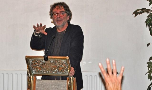 Bert Wagendorp kreeg veel vragen op zich afgevuurd. Foto: Jack van Haastrecht    Fotonummer: d04ada