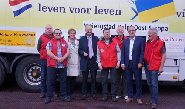 Lambert van Nistelrooij (midden), maar ook de wethouders Van der Pas en Goijaarts kwamen de mannen uitzwaaien.   | Fotonummer: a480fc