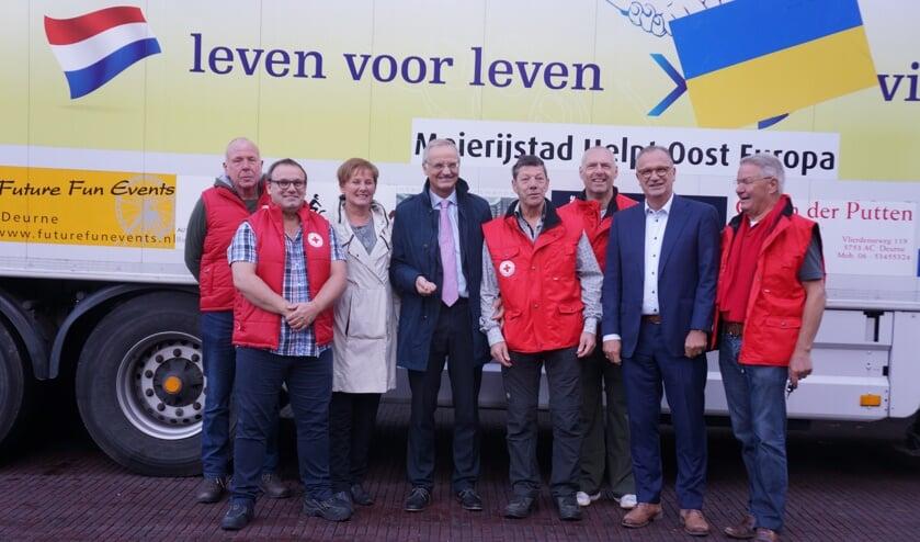 Lambert van Nistelrooij (midden), maar ook de wethouders Van der Pas en Goijaarts kwamen de mannen uitzwaaien.     Fotonummer: a480fc