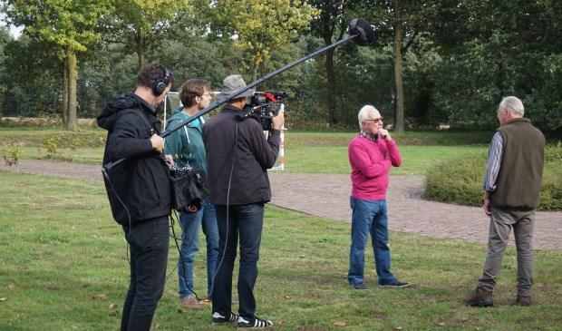 De cameraploeg van 'Andere Tijden' met de Rooise Piet Opheij (rechts)  | Fotonummer: 749030