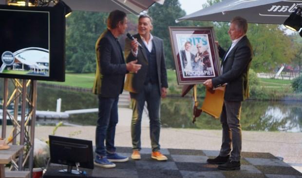 De gebroeders Van Rooij krijgen de nieuwe Frits-cover in handen  | Fotonummer: 5218a7