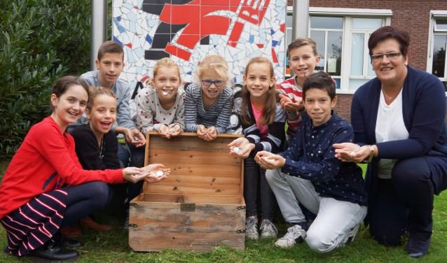 Kinderen van basisschool Eerschot waren de eerste de munten in ontvangst mochten nemen. Rechts: directrice Marjo Timmermans  | Fotonummer: 2ac086