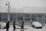 Brandweer verwijdert sneeuw van Veghelse schaatsbaan