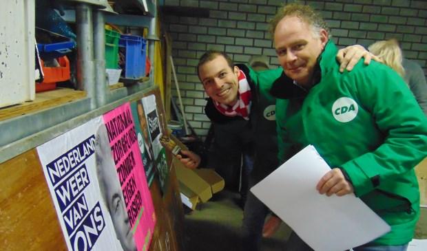 Stijn Steenbakkers (l) en Maarten van Bakel plakken er op los.   | Fotonummer: 0886da