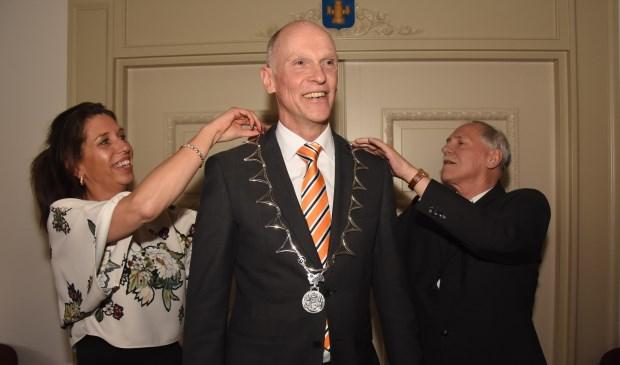 Piet Spanjers (rechts) en secretaresse Mariëlle van Schijndel hebben de eer om de ambtsketen voor het eerst om te mogen hangen  | Fotonummer: b75fd4