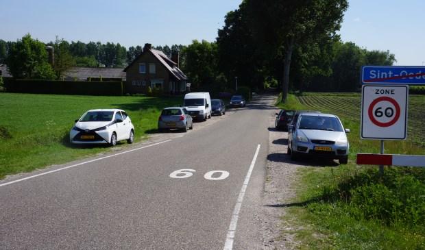 Nu staan auto's aan de zijkanten van de Postdijk geparkeerd.     Fotonummer: f259c6
