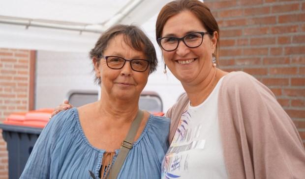 Annie van Kuringe (l) met één van de personeelsleden  | Fotonummer: 99462c