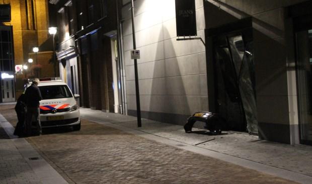 Met grof geweld reed de auto tegen de pui  | Fotonummer: 553bf2