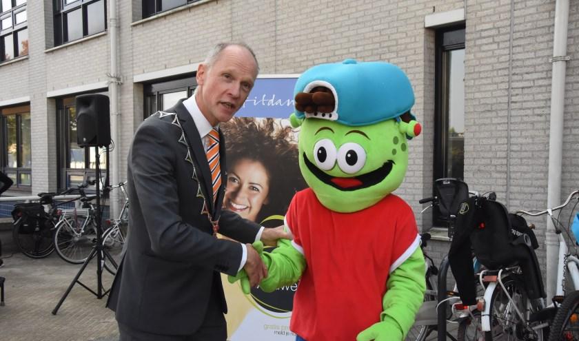 Burgemeester Fränzel begroet een van de bezoekers persoonlijk   | Fotonummer: 9907af