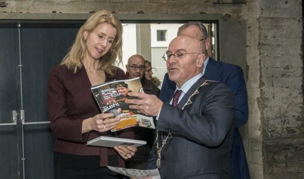 Burgemeester Van Rooij neemt samen met Mona Keijzer een magazine door/   | Fotonummer: 941350