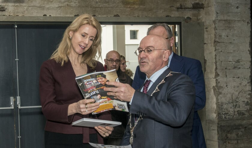 Burgemeester Van Rooij neemt samen met Mona Keijzer een magazine door/     Fotonummer: 941350