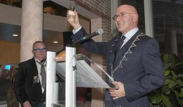 Burgemeester Van Rooij proost op het nieuwe jaar.  | Fotonummer: 63bf83