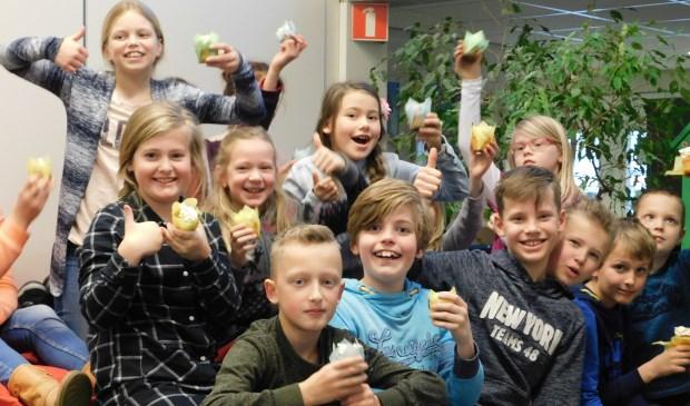 De kinderen vieren het met een cupcake.  | Fotonummer: fdb91a