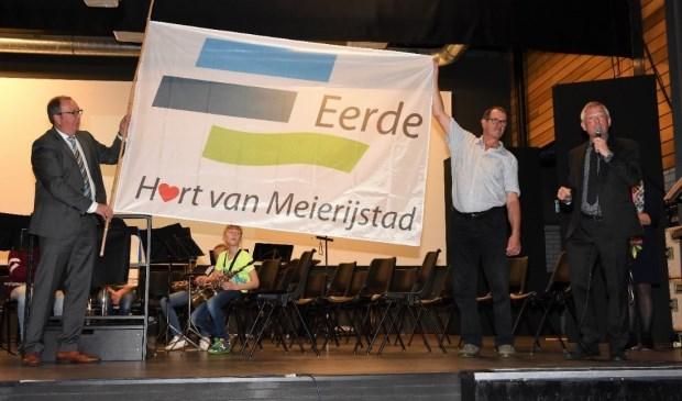 vlnr) wethouder Eric van den Bogaard, ontwerper Henk Wittenberg en Frans Zegers, voorzitter van de dorpsraad van Eerde  | Fotonummer: 87acde
