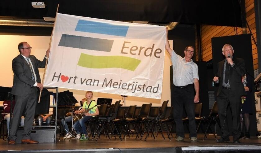 vlnr) wethouder Eric van den Bogaard, ontwerper Henk Wittenberg en Frans Zegers, voorzitter van de dorpsraad van Eerde     Fotonummer: 87acde