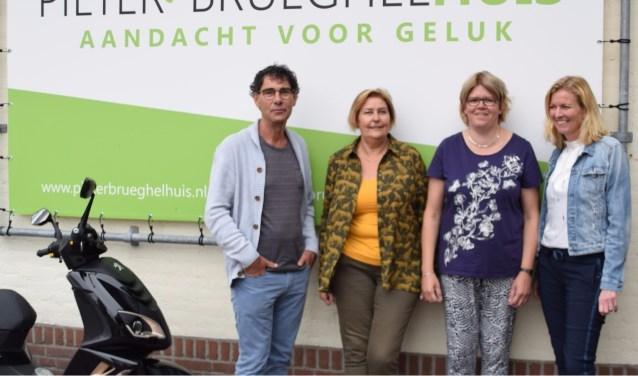 De initiatiefnemers voor het Autismecafé in Veghel. Van links naar rechts: Herman Vissers (MEE),  Marjon van Herpen (ONS welzijn),  Dorien van Rooij (ervaringsdeskundige) en Karin Cornelissen (PieterBrueghelHuis). (foto: W van der Lubbe)     Fotonummer: 1028b9