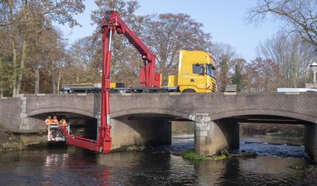 De lange arm van de laagwerker komt ver onder de brug.  | Fotonummer: f0f1ca