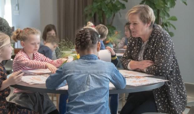 Wethouder Coby van der Pas mag aanschuiven bij deze kinderen.   | Fotonummer: 3ecb42