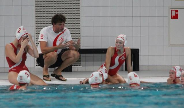 Henri Schouten (hurkend) instrueert de Dames 1 van PSV-waterpolo  | Fotonummer: 47fb4e