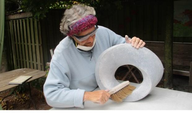 Ans van Bakel, aan het werk in haar atelier.  | Fotonummer: 7860db