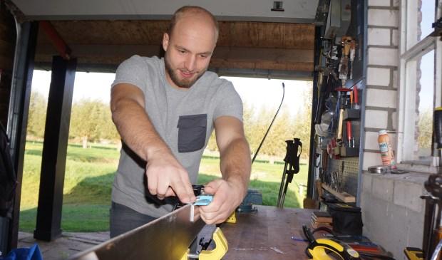 Dirk Moeskops, bezig in zijn werkplaats.   | Fotonummer: d7961b
