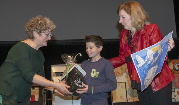 Een mooie prijs voor deze jongeman!  | Fotonummer: f43bb1