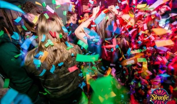 Het is vaak groot feest in het café in de Kerkstraat.   | Fotonummer: 6423e3