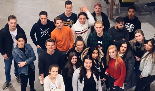 Bram met zijn medestudenten. Bram is de jongen linksachter de leerling met de oranje trui.   | Fotonummer: 1f4fec