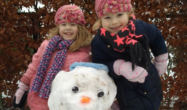 Deze twee meiden hebben een mooie sneeuwpop gemaakt.  | Fotonummer: 6981ad