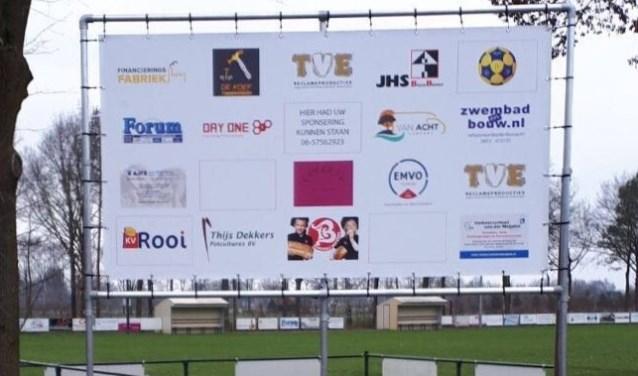 Op het nieuwe sponsorbord van KV Rooi zijn nog enkele plaatsen leeg.   | Fotonummer: b057a6