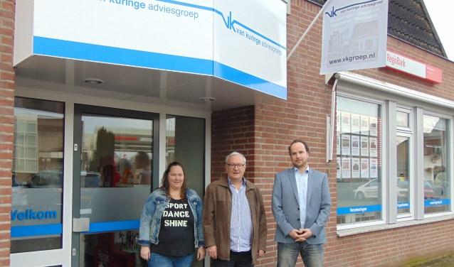 Ilse, Rien en Koen van Kuringe voor hun pand aan de Eerschotsestraat.   | Fotonummer: f5f164