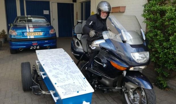 Piet werd in de kist op de motor meegenomen.   | Fotonummer: df0d1f