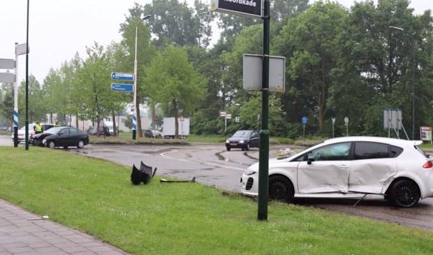 Bij een botsing met twee personenauto's raakte drie personen gewond.    Fotonummer: 319ad9