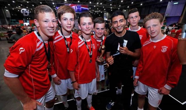 Vol trots gingen de Rooise jongens met Touzani op de foto.  | Fotonummer: 6d3c92