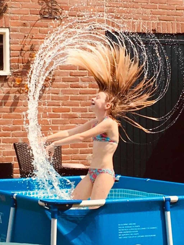 Vakantie is thuis gek doen in het zwembad. Indi Dogge  © MooiRooi