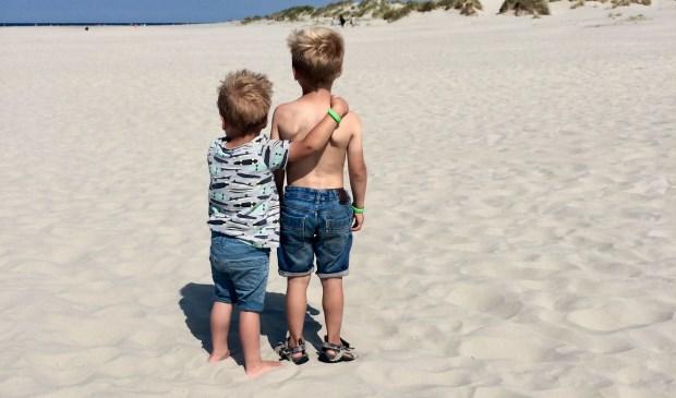 Siem en jort genieten van het mooie strand op Schiermonnikoog. Broederliefde!   | Fotonummer: 757773