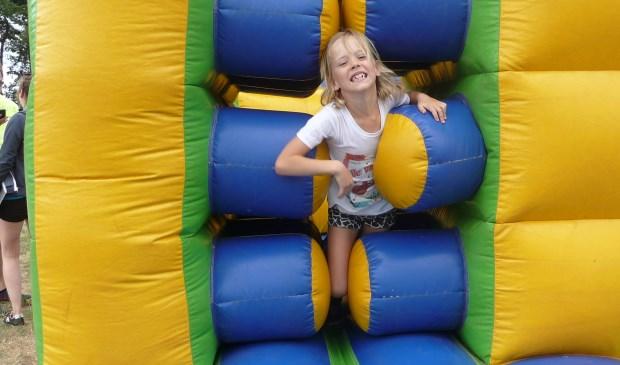 Deze jongedame wurmt zich door een van de obstakels.   | Fotonummer: bbd027