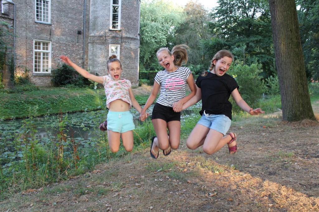 Romee is happy met haar nichtjes Mireille en Éloïse uit Timmins ( Canada) in het mooie Rooi  © MooiRooi