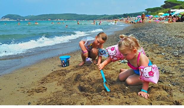 Fenne en Lize aan het strand van Baratti   | Fotonummer: 9d5b57