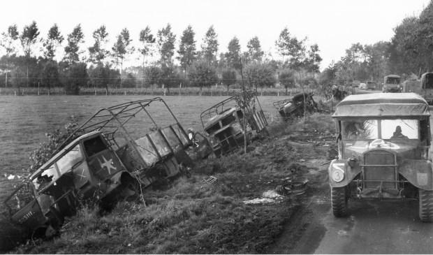 Het in brand geschoten Engelse konvooi bij de Willibrordushoek.  Bron: NARA. Collectie: Tom Peeters.    Fotonummer: d14f26