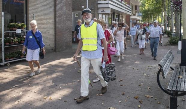 Gijs van Aarle leidde als gids deze club mensen rond.  | Fotonummer: b47505