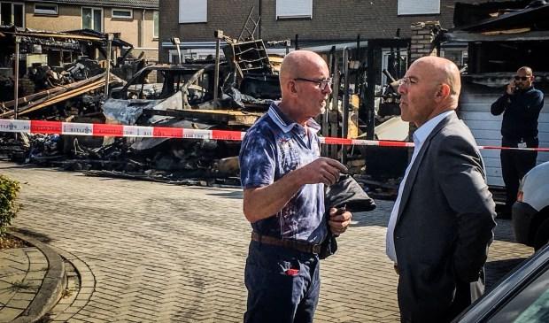 Burgemeester van Rooij overziet de ravage.  | Fotonummer: ee6393