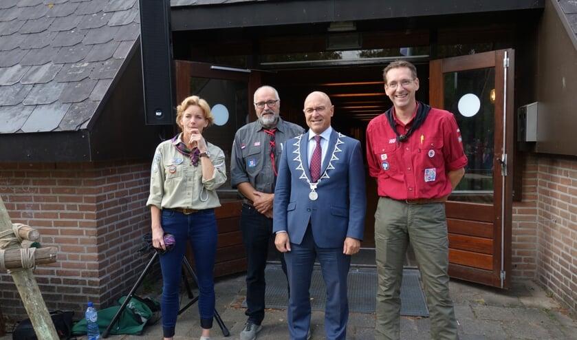 Burgemeester Van Rooij met de drie afgevaardigden van de scoutings.    | Fotonummer: 9fc37c